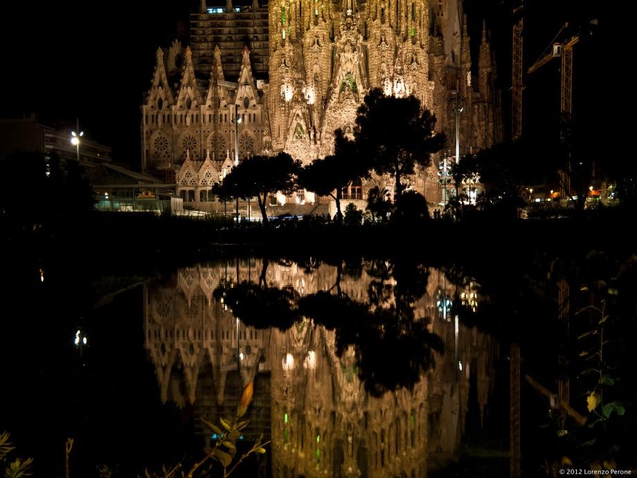 Di notte davanti alla Sagrada Familia